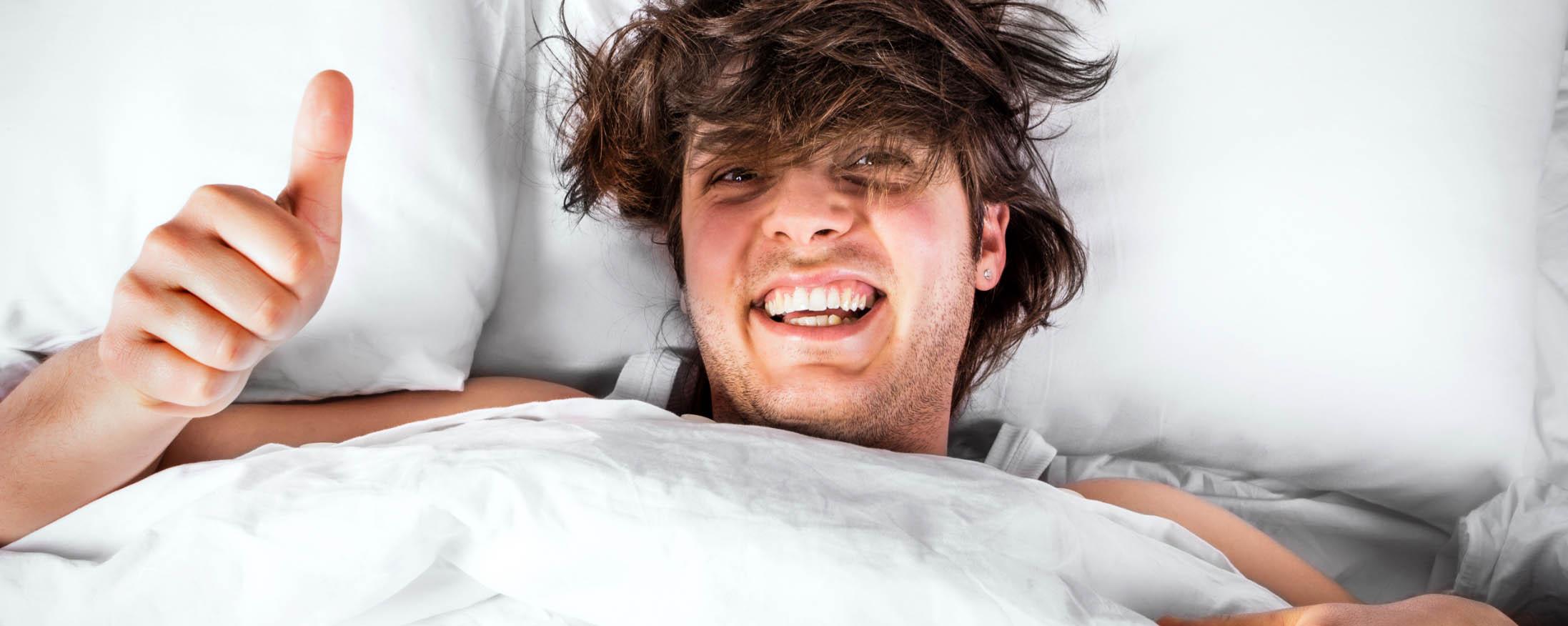 Homme dans un lit happy